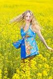 Relajación sonriente de la mujer joven al aire libre Imagen de archivo libre de regalías
