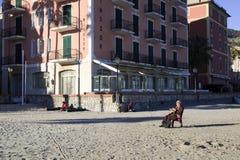Relajación turística en la playa de Laigueglia, dei Fiori, Savona, Liguria, Italia de Riviera imagen de archivo