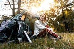 Relajación turística femenina feliz en la naturaleza Foto de archivo libre de regalías