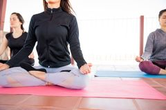 Relajación y meditación en clase de la yoga foto de archivo libre de regalías