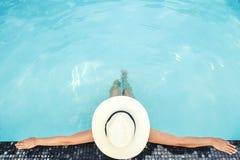 Relajaci?n despreocupada de la mujer en concepto de las vacaciones de verano de la piscina foto de archivo libre de regalías