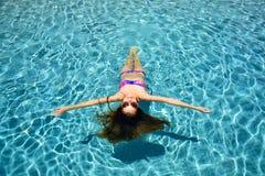 Relajación en una piscina Foto de archivo libre de regalías