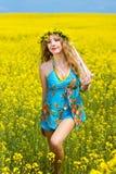 Relajación sonriente de la mujer joven al aire libre Fotografía de archivo libre de regalías