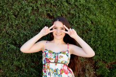 Relajado adolescente joven al aire libre Fotos de archivo libres de regalías