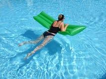 Relajado en la piscina Fotografía de archivo libre de regalías