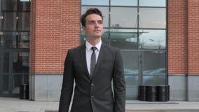 Relaje al hombre de negocios joven Walking y mirada alrededor almacen de metraje de vídeo