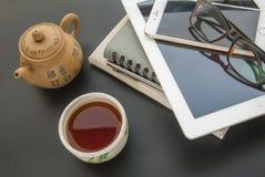 Relaje, beba el té chino durante trabajo foto de archivo