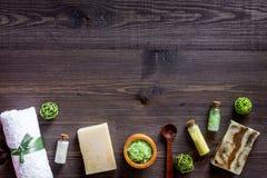 Relaje el concepto Jabón y sal de baño orgánicos hechos a mano en copyspace de madera de la opinión superior del fondo de la tabl fotos de archivo