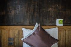 Relaje el sitio con la almohada y el despertador Foto de archivo libre de regalías