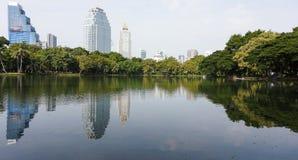 Relaje el tiempo en el parque público del lumpini Foto de archivo