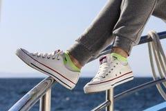 Relaje el tiempo en zapatos del deporte Imagen de archivo libre de regalías