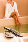 Relaje la albornoz del desgaste de mujer de los flip-flop de la piscina del balneario Foto de archivo libre de regalías