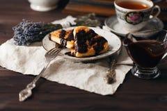 Relaje la bebida del té con las obleas de Viena Imágenes de archivo libres de regalías