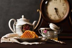 Relaje la bebida del té con las obleas de Viena Fotos de archivo