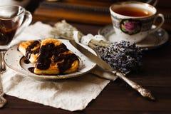 Relaje la bebida del té con las obleas de Viena Foto de archivo