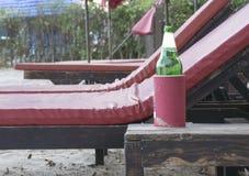 Relaje la cerveza del día por la playa Imagen de archivo