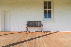 Relaje la silla con la ventana de la pared de ladrillo y el vintage de la puerta Fotos de archivo libres de regalías