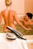 Relaje a las mujeres descubiertas de la piscina dos del balneario adentro Foto de archivo libre de regalías