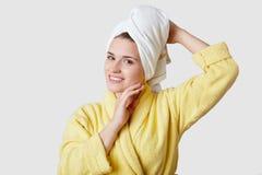 Relaks i harmonia po zdroju Młoda piękna Europejska kobieta ręcznika na głowie, jest ubranym bathrobe, powabnego uśmiech, miękka  fotografia stock