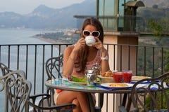 Relaks z filiżanką kawy i seaview fotografia royalty free