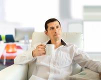 Relaksować przy biurem z kawą fotografia royalty free