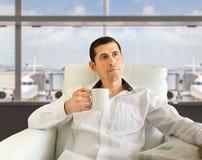 Relaksować przy lotniskiem z kawą zdjęcia royalty free