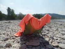 Relaksować w świetle słonecznym rzecznym łóżkiem fotografia stock