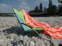 Relaksować w świetle słonecznym rzecznym łóżkiem obrazy royalty free