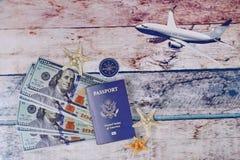 Relaksu czas, turystyka, Zasięrzutny widok podróżnika ` s akcesoria Zdjęcia Royalty Free