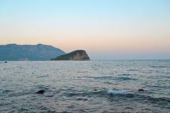 Relaksujący seascape w Budva, Montenegro Osamotniona wyspa na horison pod zmierzchu jasnego niebem Czas dla podróży, turystyka, r zdjęcie stock