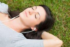 relaksująca kobieta słuchająca muzyka Zdjęcie Stock