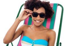 Relaksująca kobieta wzorcowa przystosowywający ona cienie Zdjęcia Stock