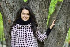 Relaksująca natura - piękna zdrowa kobieta Zdjęcia Royalty Free