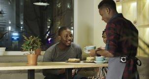 Relaksująca para w bufecie dostaje rozkaz zbiory wideo