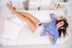 Relaksująca piękna kobieta Zdjęcia Royalty Free