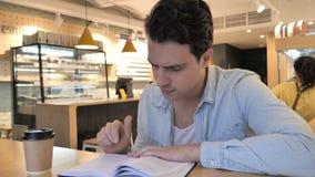 Relaksującego młodego człowieka Czytelnicza książka w kawiarni zbiory