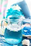 Relaksującego zdroju skąpania aromatyczna sól łuska kwiaty Zdjęcie Royalty Free