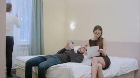 Relaksujący biznesmen w pokoju hotelowym zaprasza sekretarki robić redaguje w dokumentach obraz royalty free