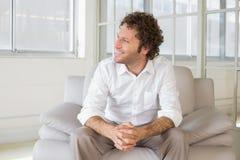 Relaksujący dobrze ubierający mężczyzna siedzi w domu Obrazy Royalty Free