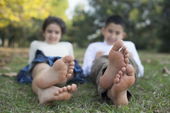 Relaksujący dzieci w naturze Zdjęcia Royalty Free