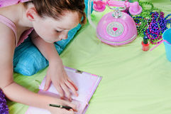 relaksujący dziewczyn potomstwa zdjęcia royalty free
