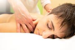 Relaksujący estetyczny masaż ramiona w estetycznej nauce obrazy stock