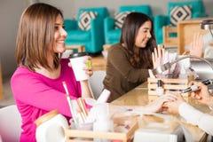Relaksujący herbaty i pijący przy gwoździa salonem zdjęcie stock