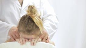 Relaksujący masaż szyja młoda kobieta zbiory