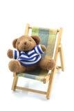 Relaksujący niedźwiedź na plażowym łóżku Zdjęcie Royalty Free