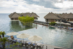 Relaksujący nieskończoność pływackiego basenu stylu życia pojęcie obraz stock