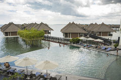 Relaksujący nieskończoność pływackiego basenu stylu życia pojęcie zdjęcia royalty free