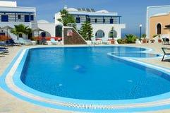 Relaksujący pływacki basen i holów krzesła Fotografia Stock