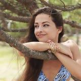 Relaksujący piękny długie włosy kobiety patrzeć obrazy stock