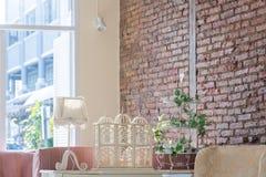 Relaksujący pokój z pomarańczową cegłą zdjęcie royalty free